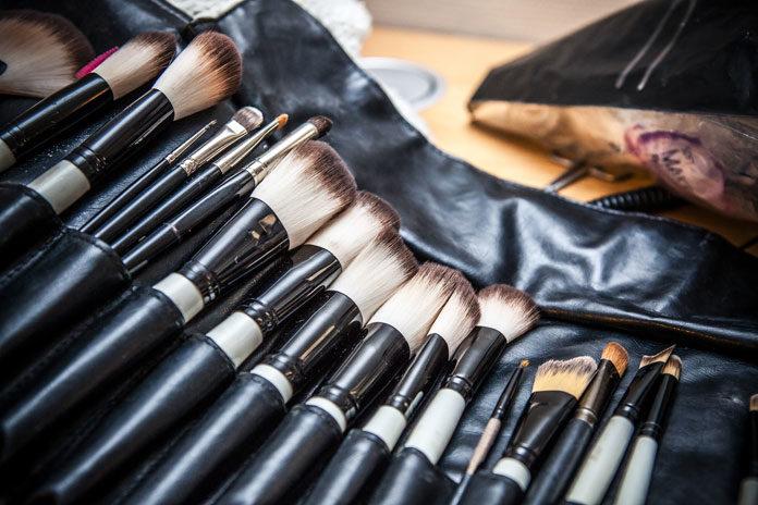 Przygotowujesz się do wielkiego wyjścia? Sprawdź, jak zadbać o siebie przed imprezą i co powinno znaleźć się w Twojej podręcznej kosmetyczce, byś w każdej chwili mogła poprawić makijaż