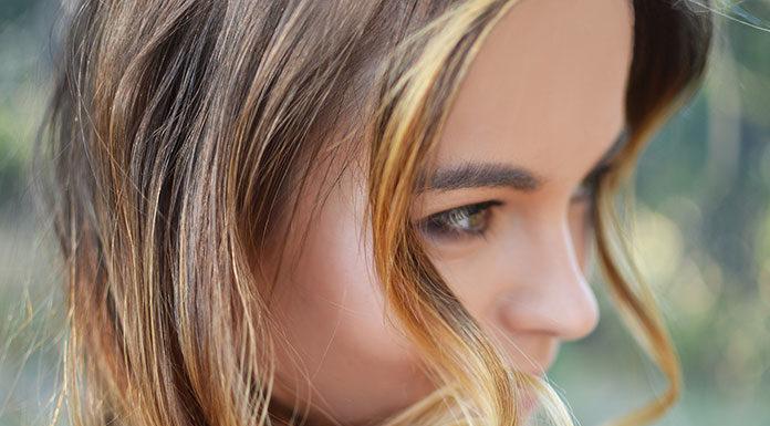Jak poradzić sobie z wypadającymi włosami? Działać od zewnątrz czy od wewnątrz? Sięgnąć po profesjonalny lotion czy po odpowiednie tabletki? Sprawdzamy