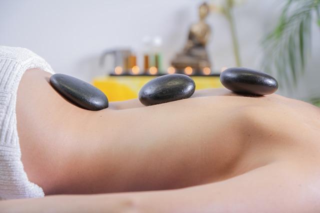 Prozdrowotne i relaksujące działanie masażu gorącymi kamieniami